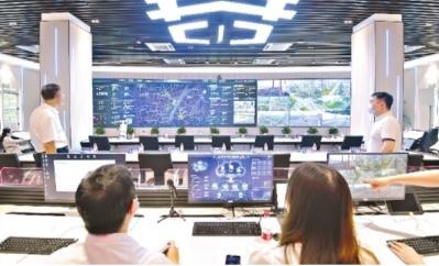 工作人员正在武汉云运营管理中心里忙碌着